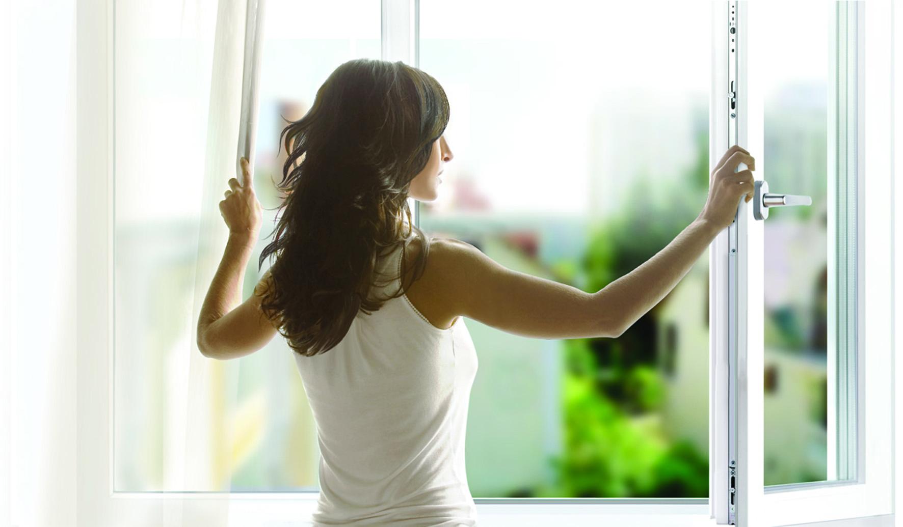 Фото девушек в окнах домов 15 фотография